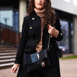 Czarna torebka na złotym łańcuszku