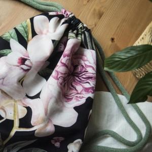 Welurowy plecak w kwiaty