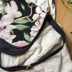 Zamszowa listonoszka z kolorową klapą w kwiaty