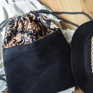 Welurowy plecak z ornamentalnym wzorem