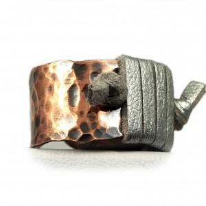 Miedziany pierścionek ze skórzanym srebrnym rzemieniem, ręcznie wykonany, prezent dla niej prezent dla niego, prezent biżuteria autorska