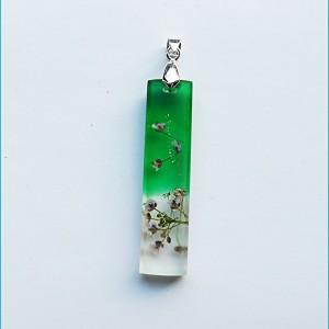 Wisiorek z zielonej żywicy i suszonymi kwiatami smagliczki +  Gratis