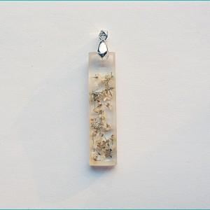 Wisiorek z krystalicznej żywicy i suszonymi kwiatami smagliczki +  Gratis
