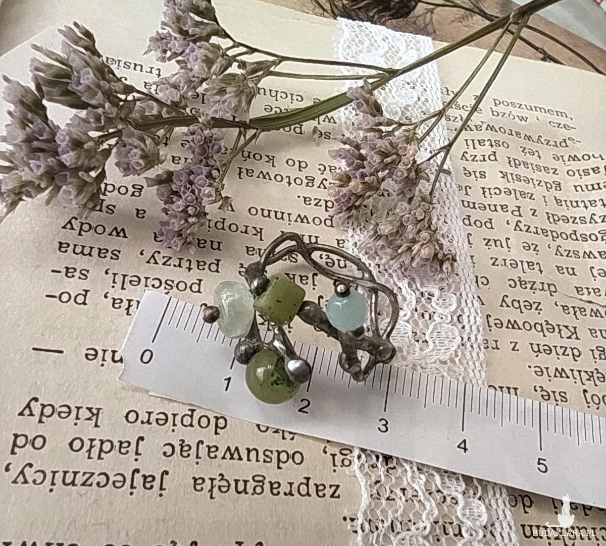 Regulowany pierścionek z małymi kamykami, akwamaryn i awenturyn