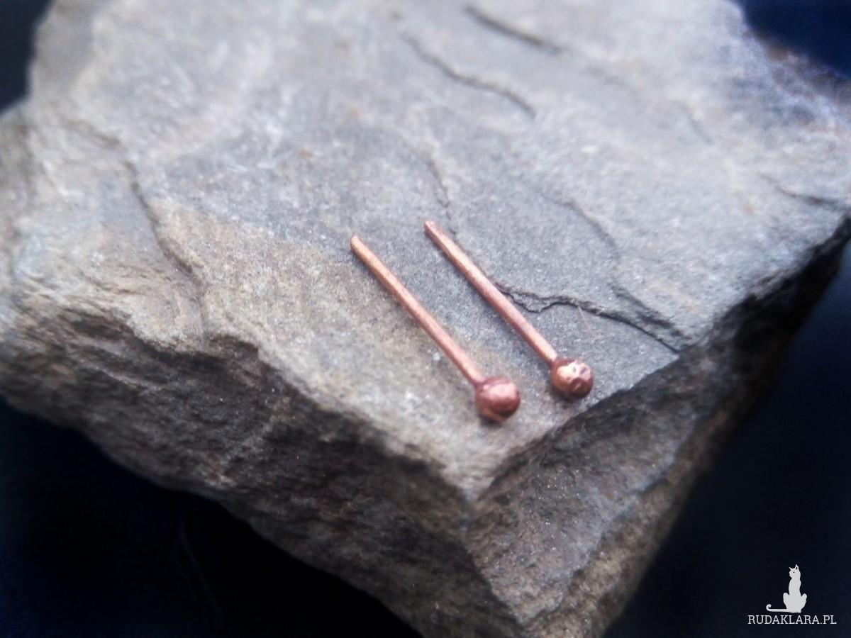 Kolczyki - malutkie miedziane kuleczki, proste kolczyki wkrętki