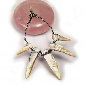 Pazur Wolverina, Srebrny wisior z masą perłową, ręcznie wykonany, prezent dla niej, prezent dla niego, prezent urodzinowy biżuteria autorska