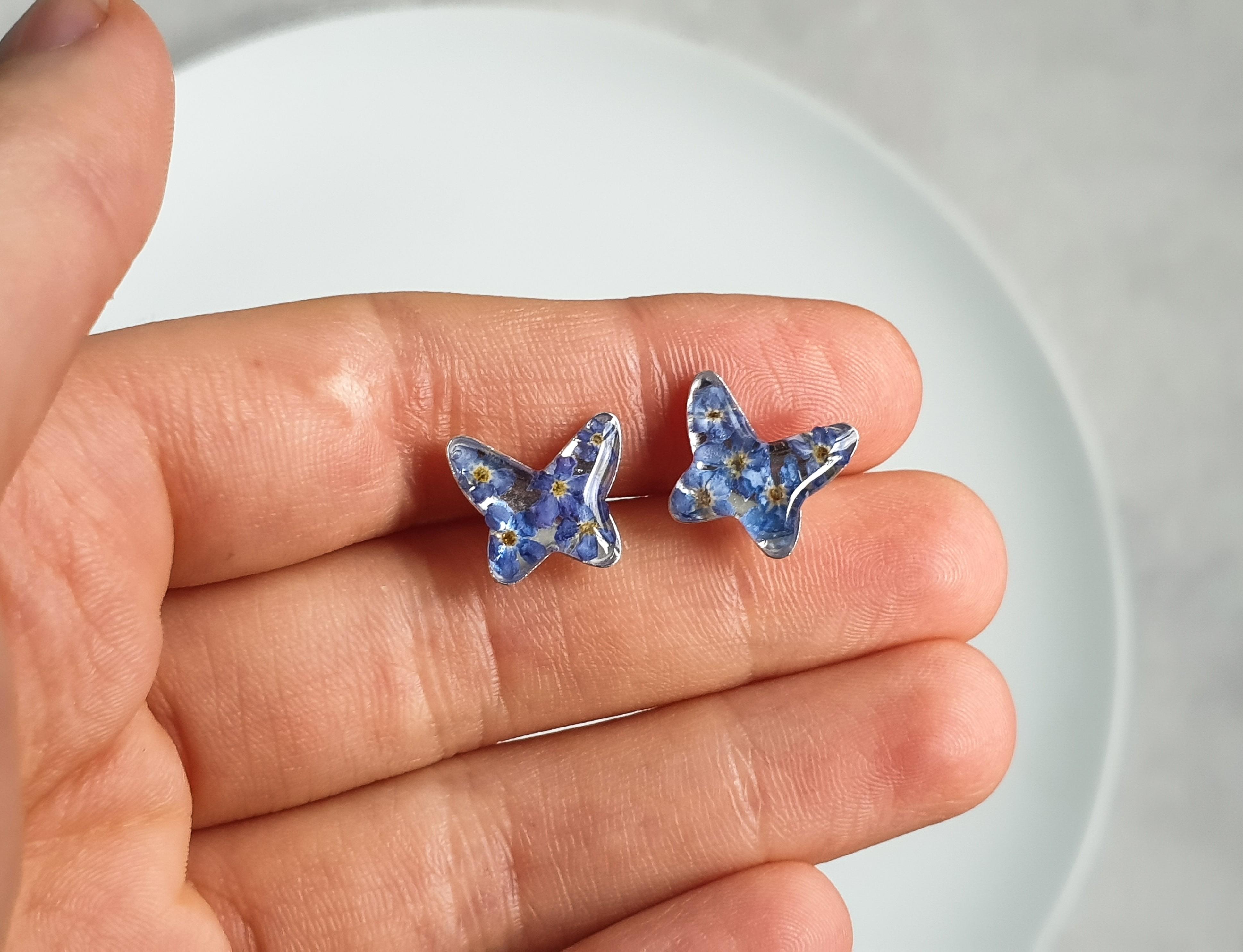 Srebrne kolczyki z prawdziwymi kwiatami niezapominajki, biżuteria z żywicy, kolczyki motyle