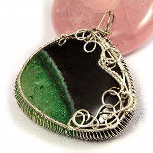 Agat zielono czarny, Srebrny wisior z plastrem agatu wire wrapped, prezent dla niej, prezent dla mamy, ręcznie robiona biżuteria autorska