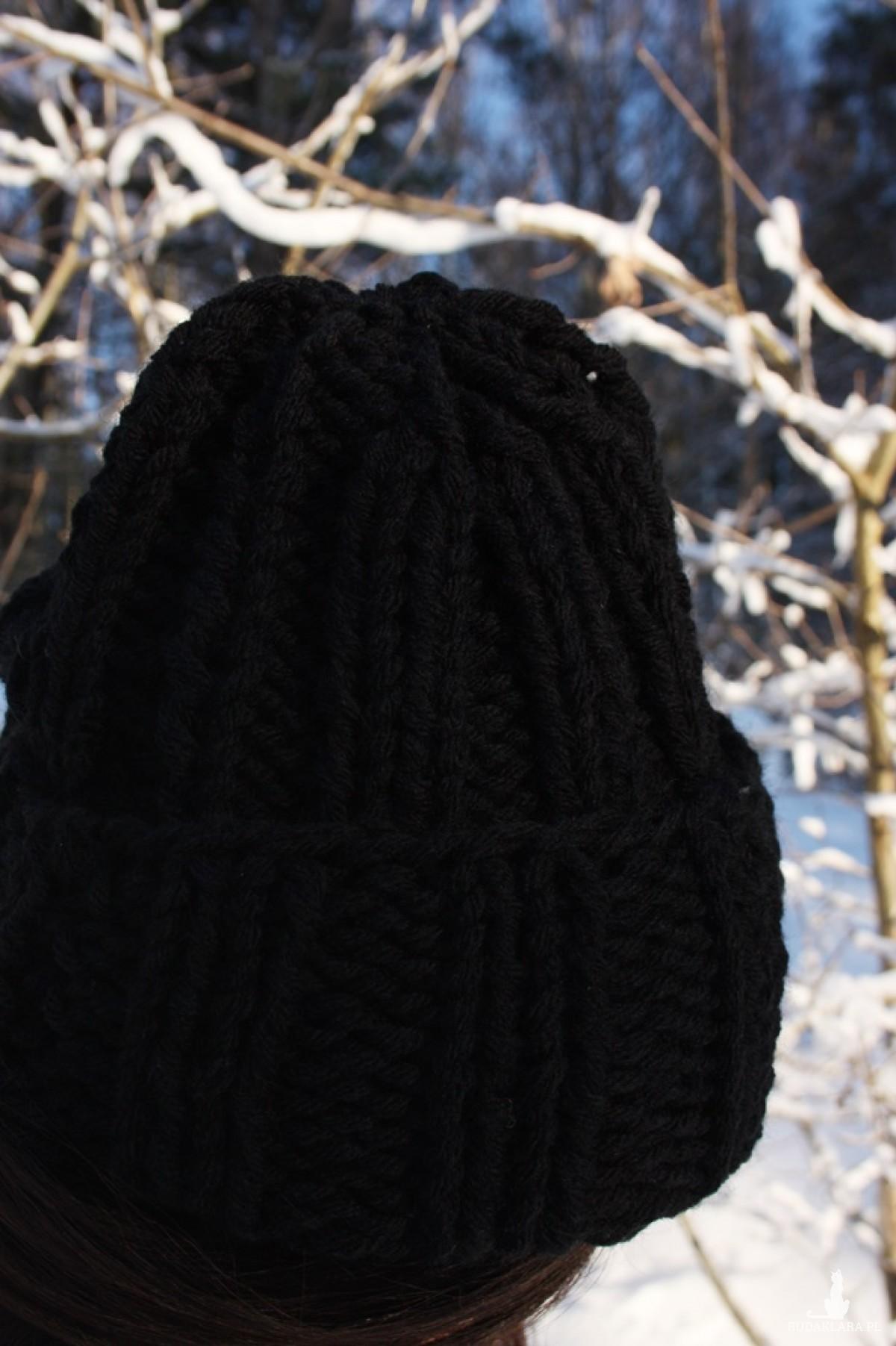 Czarna czapka handmade z wełną