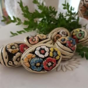 Pisanki gliniane ażurowe z motywem kwiatów
