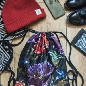 Czarny plecak worek w kwiaty