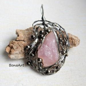 Kwarc różowy surowy- wisior, zawieszka ręcznie robiona