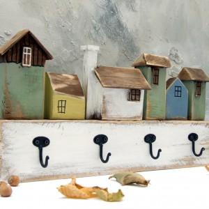 Wieszak z pastelowymi domkami, drewniany, 4 haczyki