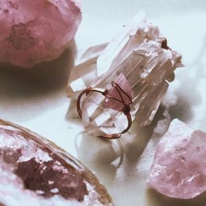 Pierścionek z różowym kwarcem