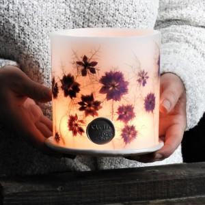 Lampion z kwiatami i ceramiczną podstawką