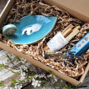 Zestaw prezentowy z kadzidłami i ręcznie robioną podstawką