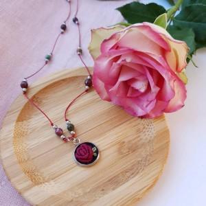 Długi naszyjnik z różą i kamieniami naturalnymi