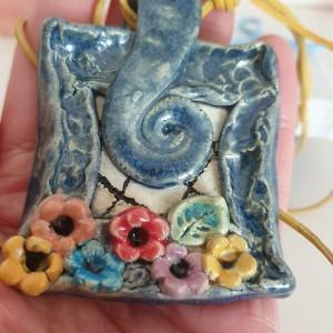 Naszyjnik z motywem kwiatków w niebieskiej ramce