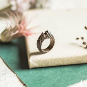 Drewniany pierścionek góra