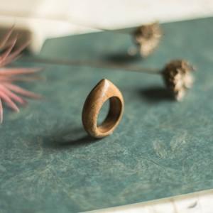 Drewniany pierścionek z orzecha europejskiego