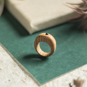 Drewniany pierścionek z drobnym ametystem