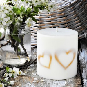 Duża, sojowa świeca KARiTEe z serduszkami