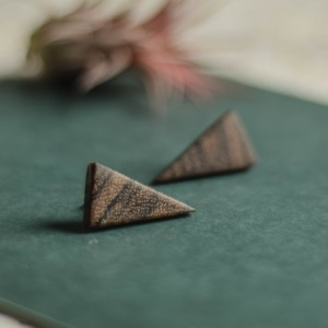 Minimalistyczne kolczyki z drewna