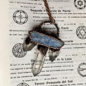 elektroformowany wisior z kryształem górskim i kianitem