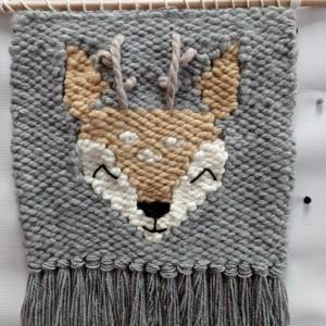 Makatka z jelonkiem renifer jeleń zawieszka szara dekoracja dla chlopca