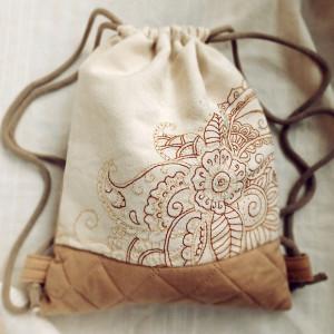 Beżowy pikowany plecak z haftem