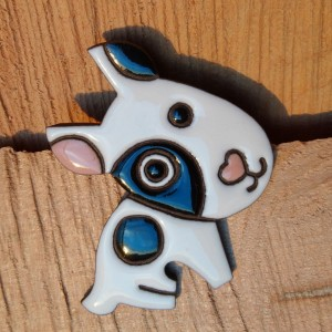 Broszka ceramiczna - Pies Miki.