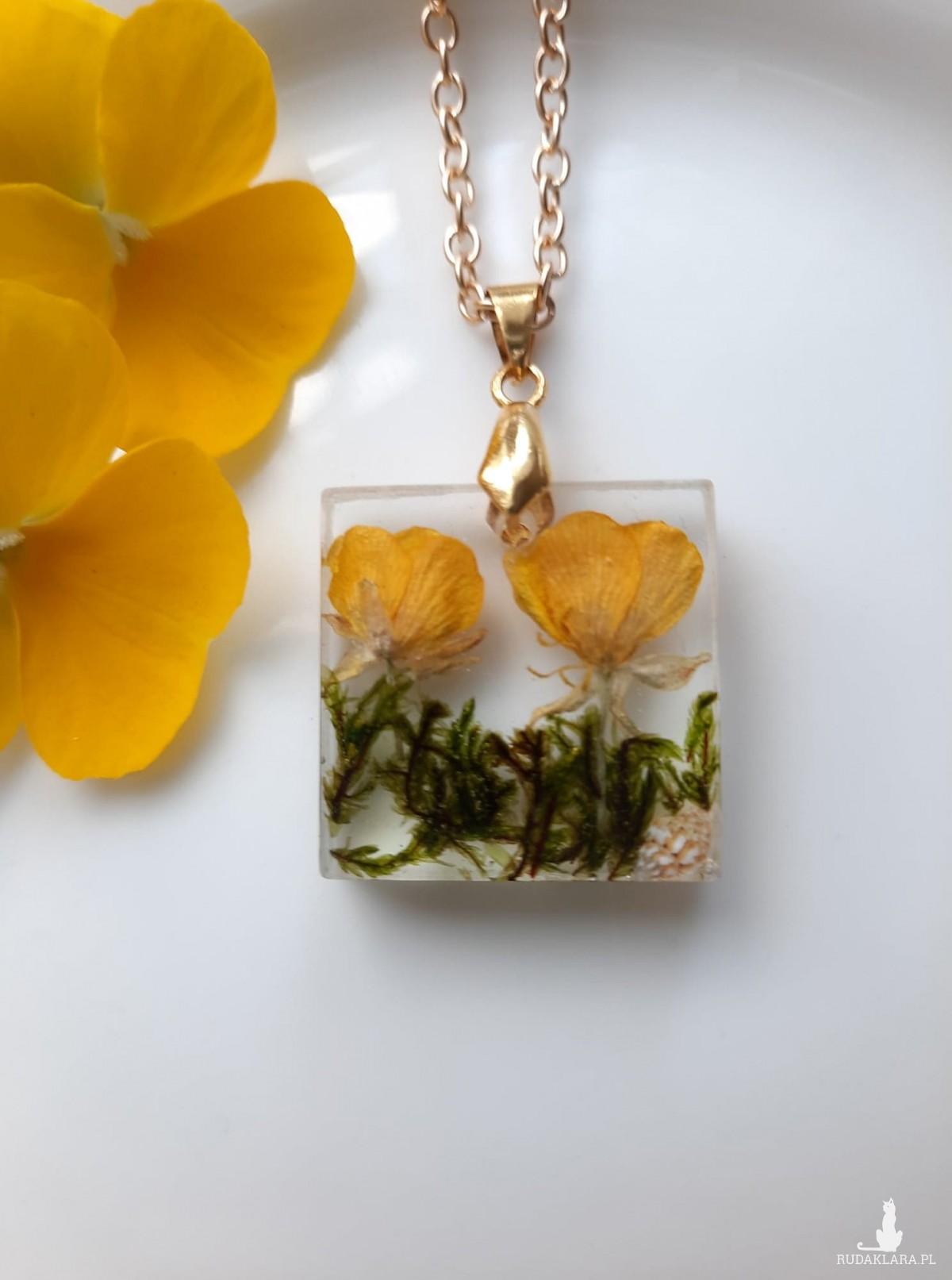 Wisiorek prezent żywica mech żółte kwiatki