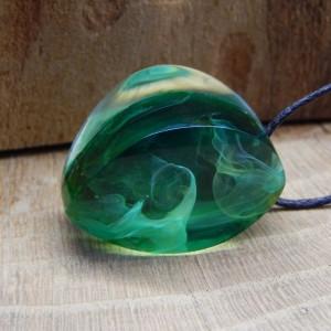 Zielony wisiorek z żywicy 310820201