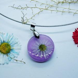 Wisiorek kwiaty zatopione w fioletowej żywicy - żywica i stokrotka