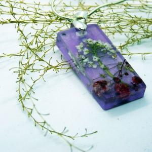 Wisiorek kwiaty zatopione w fioletowej żywicy - żywica i kwiaty