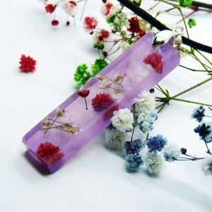 Wisiorek kwiaty zatopione w fioletowej żywicy - żywica i gipsówka