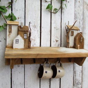 Dekoracyjna półka do kuchni, drewniana, z wieszaczkami
