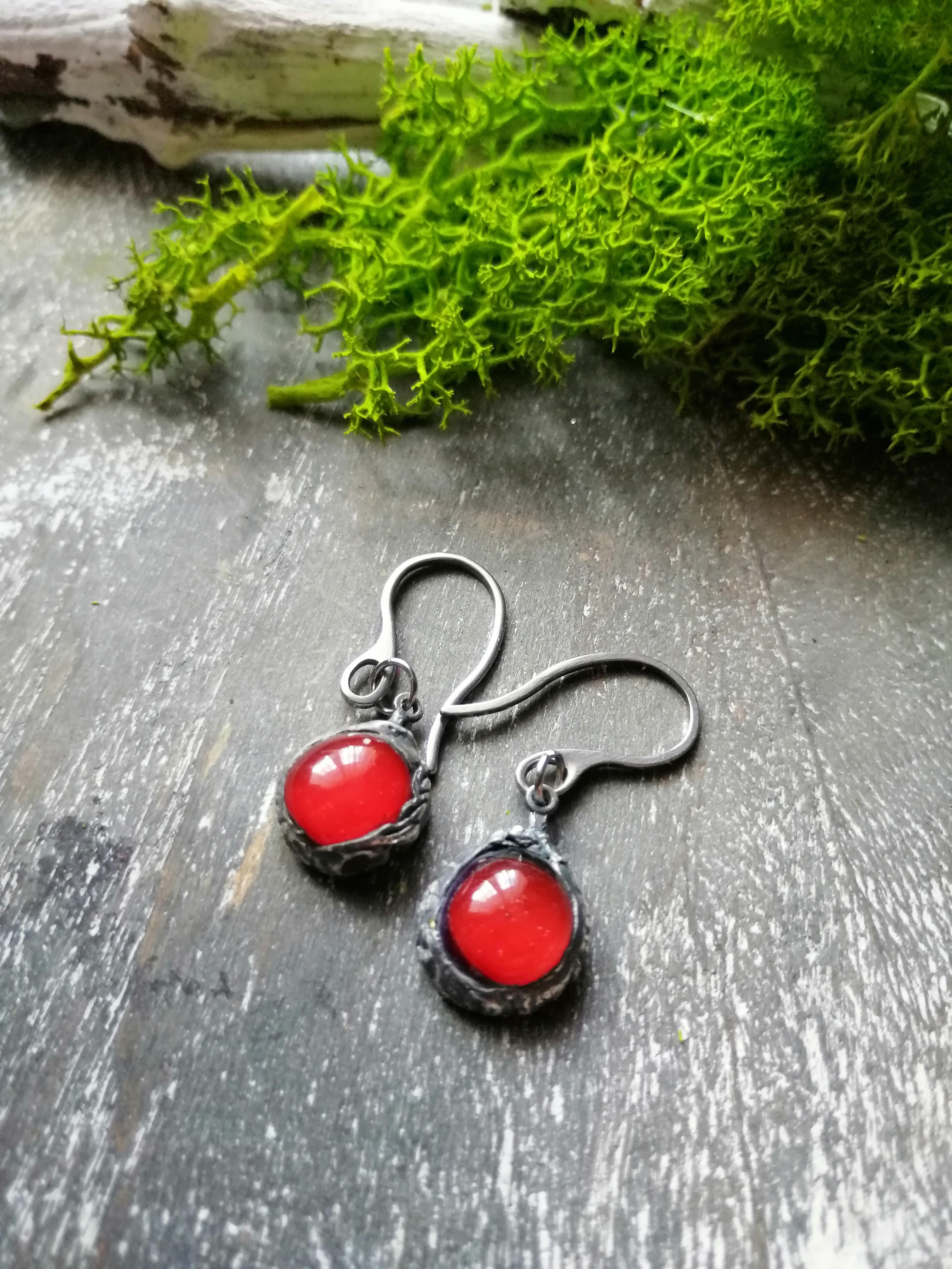 Czerwone szklane kolczyki