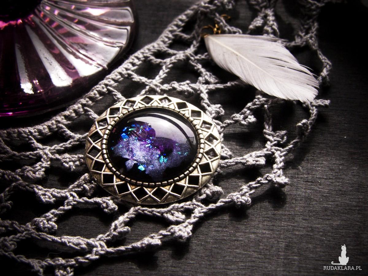 Metalowa broszka vintage - fioletowy kosmos