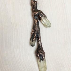 miedziana gałązka z kryształem górskim - wisior