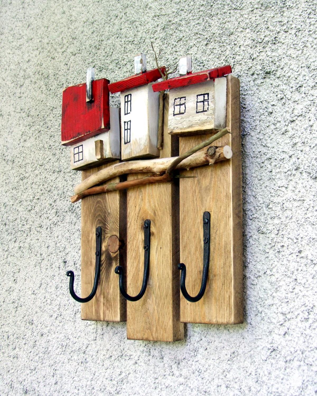Drewniany wieszak z domkami, 3 mocne haczyki