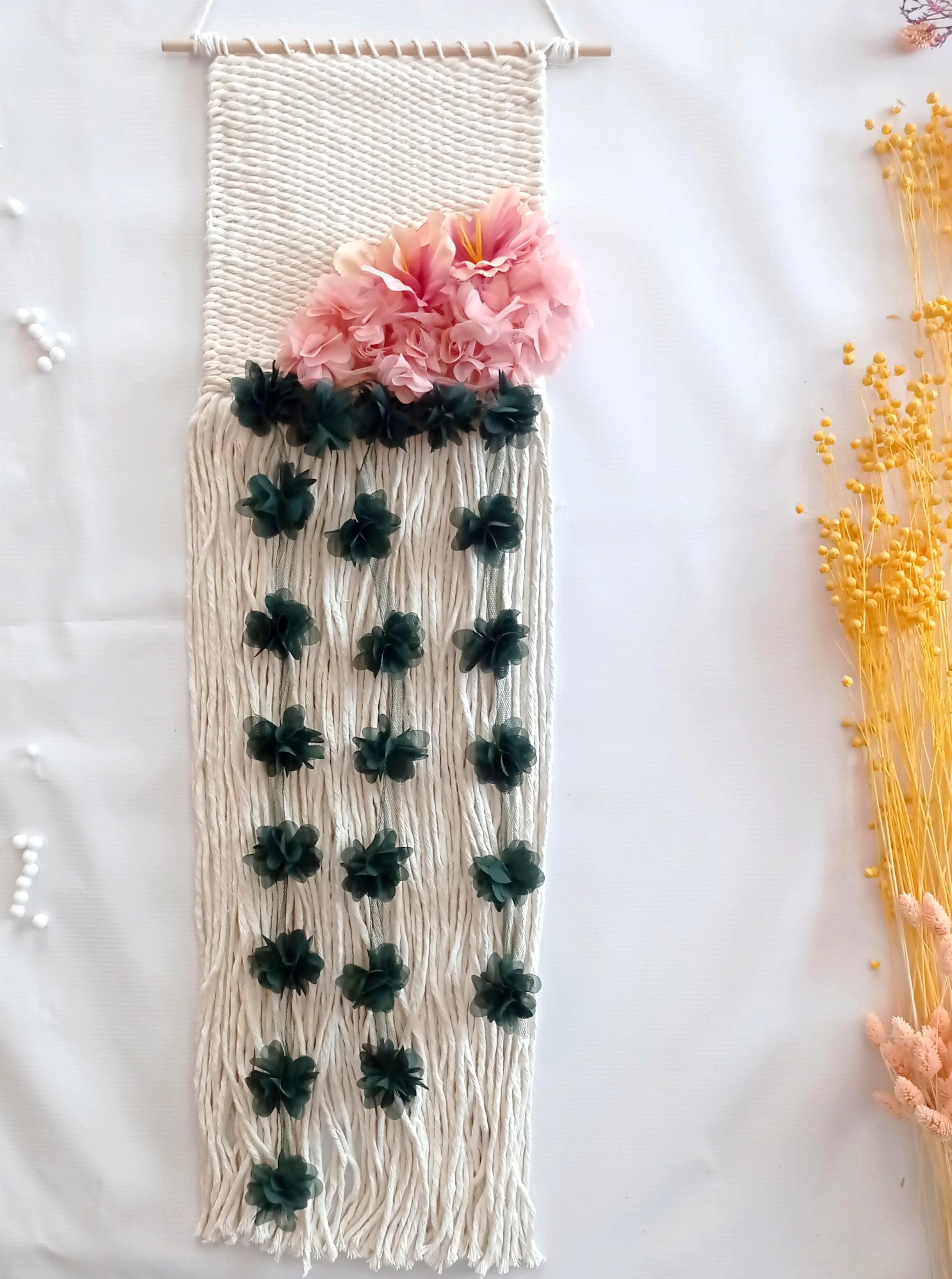 Makatka ze zwisającymi kwiatami makrama