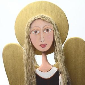 Duży anioł wykonany z drewna.