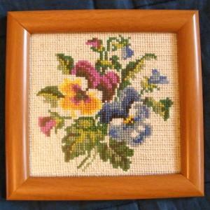 Stary haftowany obrazek, kwiatowy wzór bratki