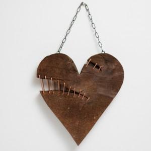 Drewniane połatane serce.