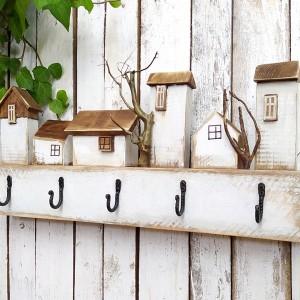 Drewniany wieszak, biały, malowany, z domkami