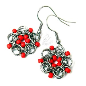 Kolczyki kwiatki chainmaille z czerwonymi koralikami