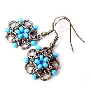 Kolczyki kwiatki chainmaille z niebieskimi koralikami