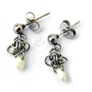 Mini kolczyki chainmaille z perłowymi koralikami