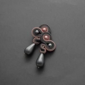 grafitowo-różowe kolczyki lub klipsy sutasz